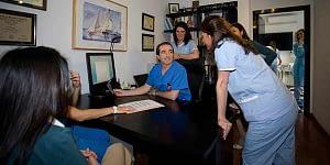 doctor y enfermeras reunidos en despacho