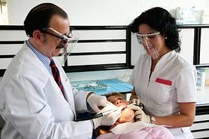 doctor y enfermera realizando exploración a paciente