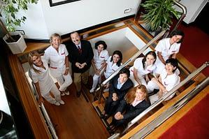 doctores y enfermeras en escalera